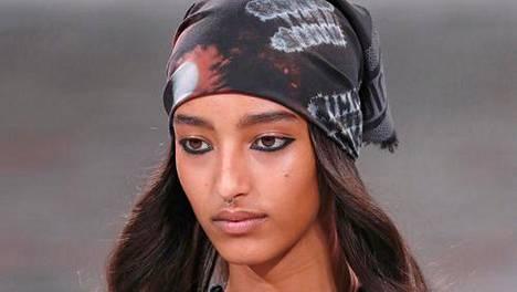 Muotitalo Christian Diorin ensi syksyn mallistoon kuuluu useita päähuiveja.