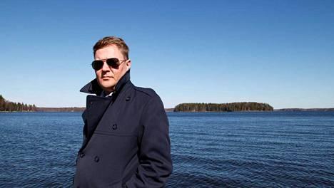 Pertti Salovaara tunnetaan radiotoimittajana ja kansanedustajana (vuosina 2003-2011).
