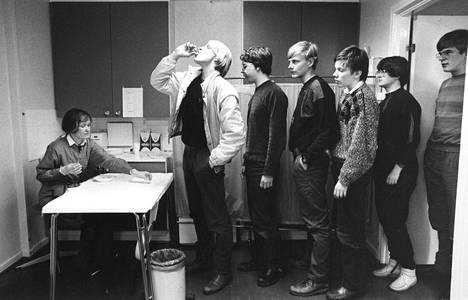 Sokeripalaan imeytettyä rokotetta jaettiin muun muassa kouluissa. Kuvassa poliorokotusta Linnan lukiossa Kajaanissa 16. helmikuuta 1985.