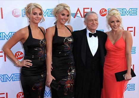 Playboy-moguli Hugh Hefner kuvattuna vaimonsa Crystalin (oik.) ja heinäkuun ja elokuun 2009 Playmate-kaksosten Karissa ja Kristina Shannonin kanssa.