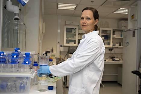 Tutkijatohtori Minna Honkaniemi kehittää koronavirusrokotetta Tampereen yliopiston Kaupin-kampuksella.