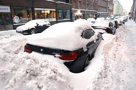 Lumikasat ovat saartaneet Enbusken BMW:n.