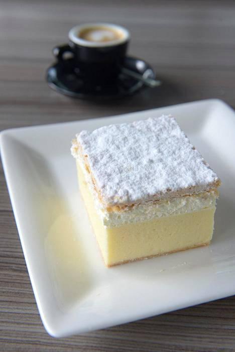 Bledin kermakku kehiteltiin Park-hotellin leipomossa 1950-luvulla, ja sen jälkeen niitä on leivottu miljoonia. Nykyään kakkua saa järvellä miltei joka kahvilasta ja ravintolasta.