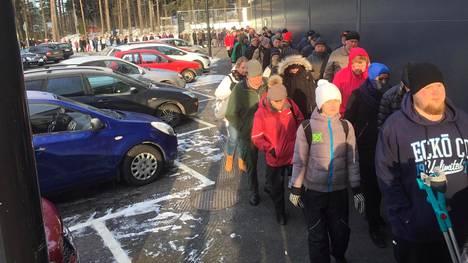 Ämpärijono Tokmannilla Tampereen Tesomalla.
