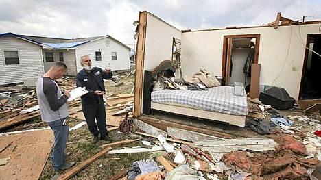 Vakuutusyhtiön edustajat tarkastavat tuhoja Illinoisin Harrisburgissa.