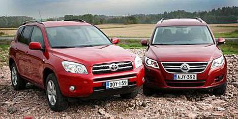 Volkswagen Tiguan (oikealla) vei voiton japanilaisesta Toyota RAV4:stä.
