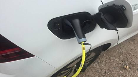 Sähköautojen määrä on edelleen vähäinen kaikista ensirekisteröidyistä henkilöautoista.