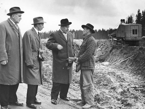 Monet poliitikot vierailivat työttömyystyömailla. Vuonna 1958 Tarvon työmaalla vieraili työministeri Olavi Lindblom (sd). Ministeri on kuvassa toinen oikealta.