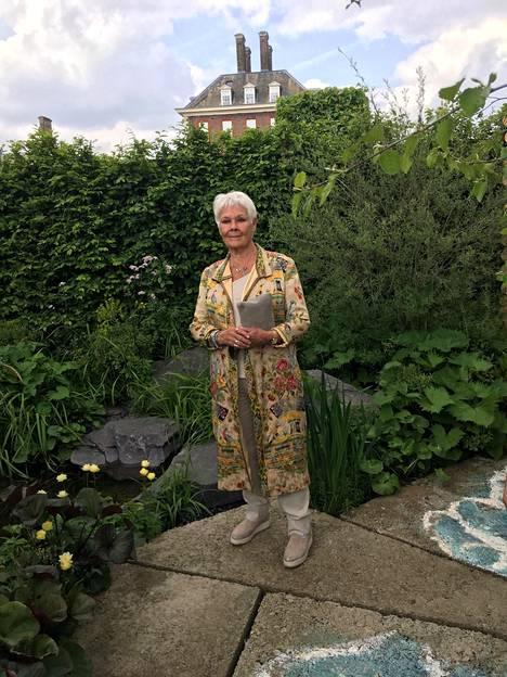 Bond-elokuvista tuttu Dame Judy Dench nautti kukkien loistosta.