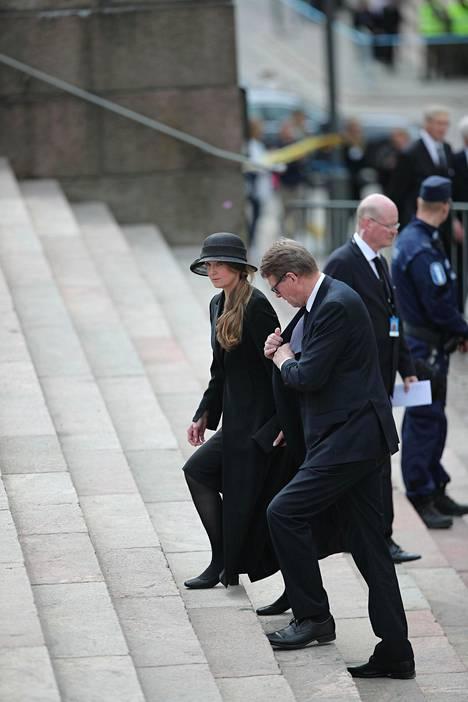Keskustan presidenttiehdokas Matti Vanhanen saapui Tuomiokirkkoon naisystävänsä Heidi Huhtamaan kanssa.