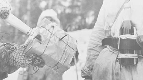 Kasapanos ja polttopullo olivat panssarintorjunnan keskeisiä välineitä talvisodassa.