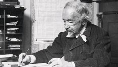 Zacharias Topelius Koivuniemessä pöytänsä ääressä vuonna 1897.