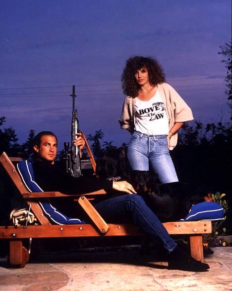 Steven Seagal ja Kelly LeBrock kuvattuna elokuvassa Vaikeasti tapettava (1990). Pari erosi vuonna 1996, kun paljastui, että Seagalilla oli salasuhde perheen lastenhoitajan kanssa.