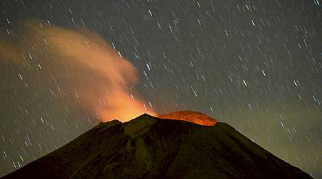 Meksikossa sijaitseva Popocatepetl-tulivuori syöksee tuhkaa ja savua. Se aktivoitui yli viikko sitten, 13. huhtikuuta. Viranomaiset ovat nostaneet hälytystilan seitsenportaisella asteikolla viidennelle tasolle. Vuori on 5452 metrillä maan toiseksi korkein.