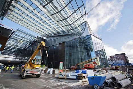 Helsinkiin rakennetaan parhaillaan uusia kauppakeskuksia. Kuvassa Kalasatamaan nousevan Redin työmaa. Mikä on näiden keskusten kohtalo, kun verkkokauppojen suosio kasvaa?