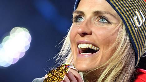 Yksi neljästätoista. Therese Johaug on voittanut urallaan 14 MM-kultaa. Tässä hän juhlii 30 kilometrin yhteislähdön kultaa Seefeldissä 2019.