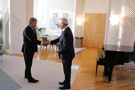 Presidentti Sauli Niinistö ja pääministeri Antti Rinne kättelevät.