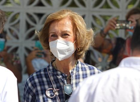 Juan Carlos on maanpaossa ilman puolisoaan kuningatar Sofiaa. Sofia osallistui viikonloppuna roskien keräämiseen espanjalaisrannalta osana hyväntekeväisyystapahtumaa.