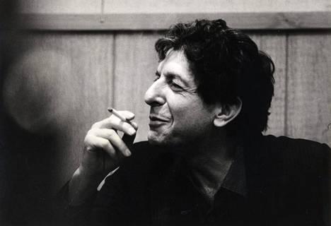 Leonard Cohen savukkeella Suomessa vuonna 1985.