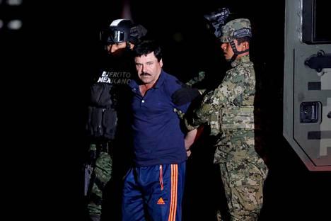 """Sotilaat saattavat Joaquin """"El Chapo"""" Guzmania Mexico Cityssä 8. tammikuuta 2019."""