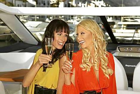Nina Grekinin (vas.) ja Maria Alasen ansiotulot vuonna 2009 eivät päätä huimaa.