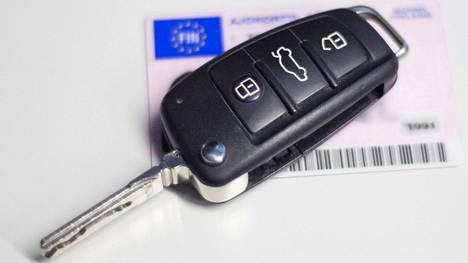 Liikenneturva uskoo, että kokeneemman aikuisen läsnäolo autossa rauhoittaisi tuoreen kuskin menoa.