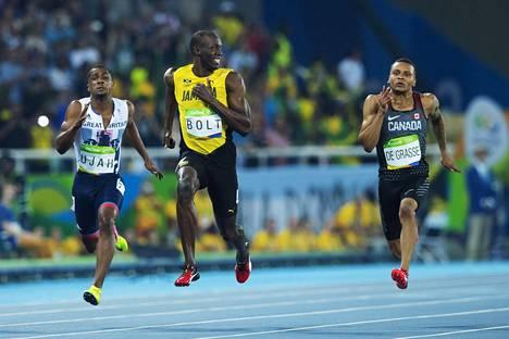 Kuka voisi unohtaa virnistelevää Usain Boltia Rion olympialaisissa 2016? Bolt oli 100 metrin välierässä niin kovassa iskussa, että hänellä oli varaa katsella viereiselle radalle.