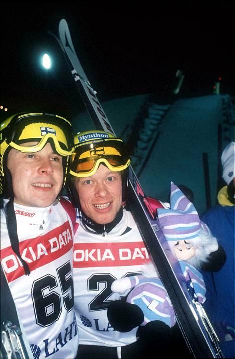Matti Nykänen (pronssia) ja Jari Puikkonen (kultaa) tyytyväisinä mäkimontussa Lahden MM-hiihtojen suurmäen kisan jälkeen.