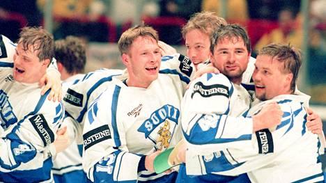 Leijonat riemuitsivat Tukholman Globenissa 7. toukokuuta 1995. Oikealla joukkueen kapteeni Timo Jutila.