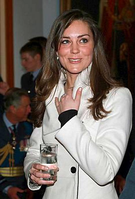 Prinssi Williamin tyttöystävällä Kate Middletonilla oli monta syytä hymyyn prinssin valmistujaisjuhlissa.