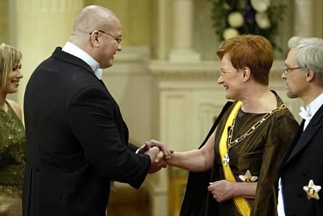 Kansanedustaja Tony Halme kätteli presidenttiparia Linnan juhlissa vuonna 2003.