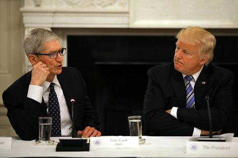 Applen johtaja Tim Cook ja presidentti Donald Trump tapasivat kesäkuussa Valkoisessa talossa.