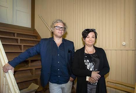 Näytelmän ohjaaja Tero Porali ja Mäntsälän Teatterin puheenjohtaja Leena Herlevi-Valtonen kehuvat pääministerin vaimon näyttelijätaitoja.