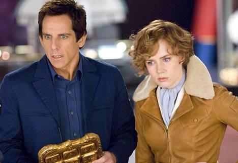 Entinen yövartija (Ben Stiller) seikkailee Amelia Earhartin (Amy Adams) kanssa.