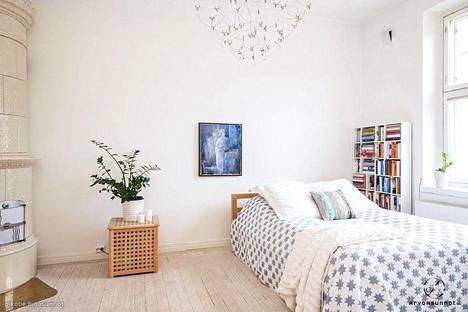 Mittava huonekorkeus ja valoisat huoneet luovat Katajanokan asuntoon seesteisen tunnelman.