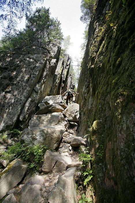 Ruoveden Helvetinkolu on Helvetinjärven kansallispuiston tunnetuin nähtävyys.