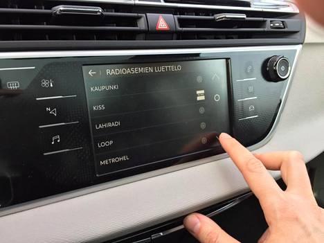 Kaikkia kosketusnäytön toimintoja ei valitettavasti voi käyttää esimerkiksi ratin nappuloista käsin.