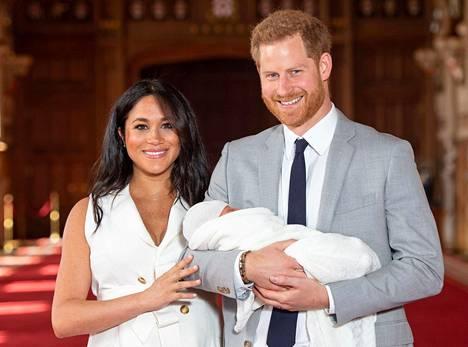 Kuninkaallisasiantuntija Sanna-Mari Hovi ei usko, että Meghanin ja Harryn päätös vaarantaa Britannian kuningashuoneen tulevaisuuden.