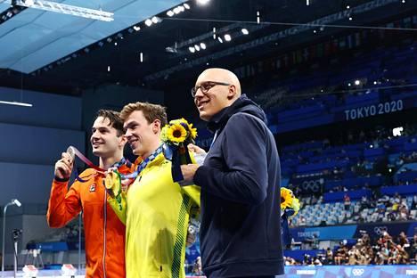 Matti Mattsson juhli palkintokorokkeella kultaa voittaneen Australian Izaac Stubblety-Cookin (keskellä) ja hollantilaisen hopeamitalistin Arno Kamminkgan (oik) kanssa.