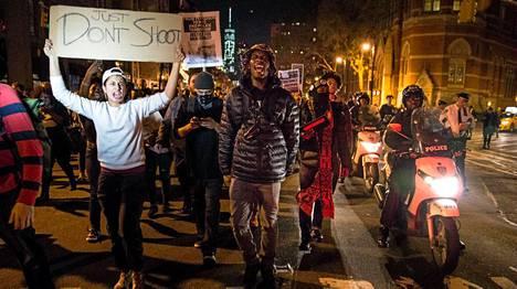 New York: Älkää ampuko, lukee mielenosoittajan kyltissä.