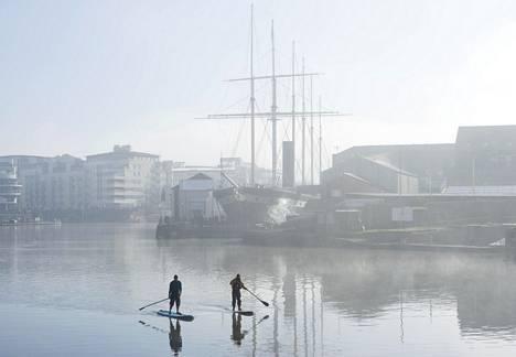 Sup-lautailijat tallentuivat kameraan Bristolin kanaalissa viime lauantaina.