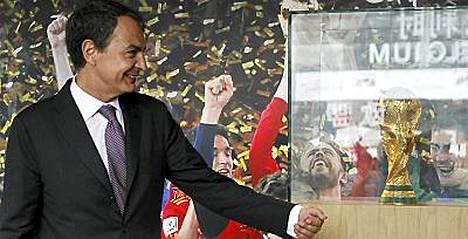 Espanjan pääministeri ilahdutti kiinalaisia MM-pytyllä.