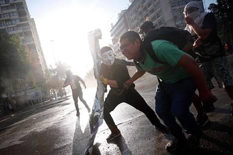 Mielenosoittajat ottivat poliisin kanssa yhteen Santiagossa tiistaina.