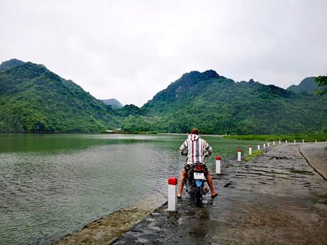 Linda ja hänen poikaystävänsä vuokrasivat moottoripyörän, jolla he kiertelivät saarta. Mikään turistikohde ei kuitenkaan ollut auki.
