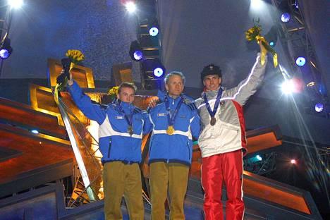 Jaakko Tallus, Samppa Lajunen ja Felix Gottwald juhlivat Gundersen-kilpailun jälkeen Salt Lake Cityssä.