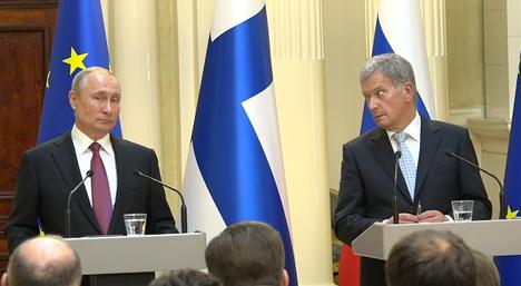 Sauli Niinistö loi Vladimir Putiniin kummastuneen katseen, kun hän kuuli käännöksen Putinin puheesta amerikkalaisisten ystävien informoinnista.
