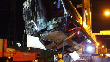 Onnettomuusbussi nostettiin myöhään perjantai-iltana pois rautatieltä.