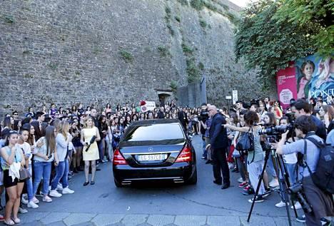 Belvederen linnakkeen luo kerääntyi runsaasti yleisöä seuraamaan häävieraiden saapumista.