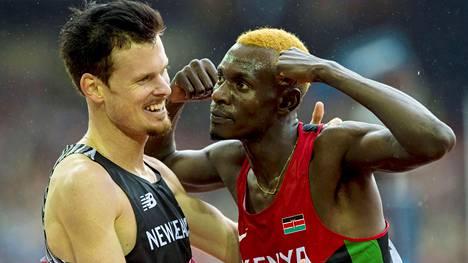 Kenian Caleb Ndiku (oik.) pullisteli Zane Robertsonille veljellisesti Kansainyhteisön kisoissa 2014. Riossa kenialaisten suhtautuminen on ollut tuimempaa.