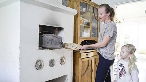 Eeva Niemi-Korpi säästää ruokakuluissa mm.leipomalla itse leivät perheellensä. Rieskanpaistossa mukana myös tytär Lilja.